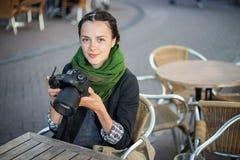 barn för kvinna för kamerafokusfotograf Arkivfoton