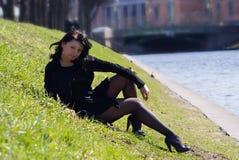 barn för kvinna för kanalflod sittande royaltyfria foton
