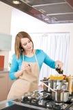 barn för kvinna för matlagningspagettiugn arkivfoton