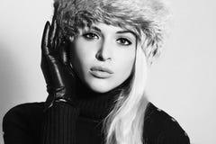 barn för kvinna för pälshatt Härlig blond flicka i svarta läderhandskar vinter för mode för bakgrund härlig isolerad vit flicka Arkivbilder