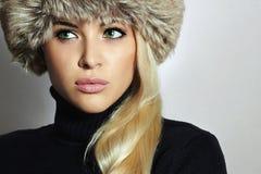 barn för kvinna för pälshatt härlig blond flicka Vintermodeskönhet Höst Healt hy hår Royaltyfri Bild