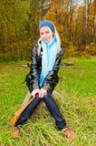 barn för kvinna för skogrock sittande Fotografering för Bildbyråer