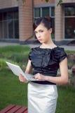 barn för kvinna för stående för affärsholdinganteckningsbok Royaltyfria Bilder