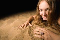 barn för kvinna för strandstående sandigt Arkivbilder