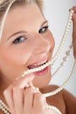 barn för kvinna för sunda pärlatänder vitt arkivfoton
