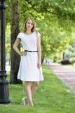 barn för kvinna för trädgårds- stående för mode sinnligt royaltyfri bild