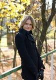 barn för kvinnligoktober park Fotografering för Bildbyråer