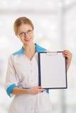 barn för läkarundersökning för clipboarddoktorskvinnlig Royaltyfria Foton