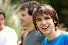 barn för lycklig stående för pojke tonårs- royaltyfria foton