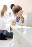 barn för medicinsk modern forskare för laboratorium fungerande arkivbild