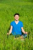 barn för meditation för grön man för gräs royaltyfri fotografi