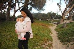 Barn för moder nästan på en sandig bana arkivbilder