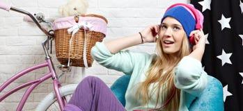 barn för musik för flickahörlurar lyssnande royaltyfri foto