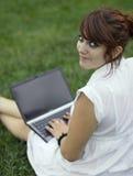 barn för nätt kvinna för bärbar dator fungerande Royaltyfri Foto