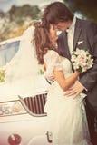 barn för parståendebröllop fotografering för bildbyråer