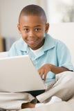 barn för pojkebärbar datorvardagsrum Arkivfoton
