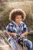 barn för pojkefiskesjösida arkivfoto
