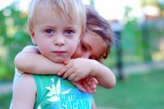 barn för pojkeflicka tillsammans Arkivbilder
