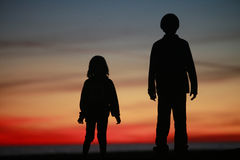 barn för pojkeflickasilhouet Royaltyfri Fotografi