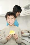 barn för pojkefruktholding Arkivfoto