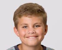 barn för pojkeheadshotstående Arkivbild