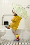 barn för pojkekugghjulregn Arkivfoto