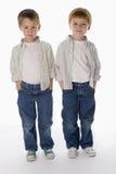 barn för pojkestående två royaltyfria bilder