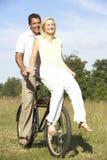 barn för ridning för cykelbygdpar royaltyfri foto