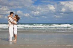barn för romantiker för strandparomfamning arkivfoto