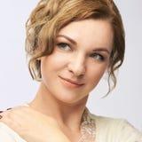 barn för skönhetståendekvinna Nätt kvinnlig blick Isolate på white royaltyfri fotografi