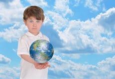 barn för sky för pojkejordholding Royaltyfri Bild
