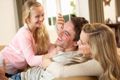 barn för sofa för familj lyckligt leka tillsammans Fotografering för Bildbyråer