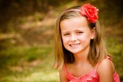 barn för sommar för barnflickastående nätt le royaltyfri bild