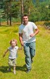 barn för sommar för liten man för flicka utomhus- running Royaltyfri Fotografi