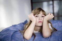 barn för stående för gullig drömmareflicka eftertänksamt Arkivbilder