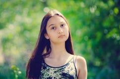barn för stående för härligt flickahår långt Tona i stilen av instagram arkivbilder