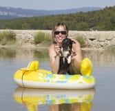 barn för strandhundkvinna arkivfoto
