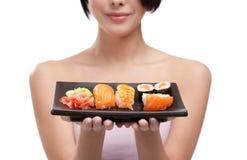 barn för sushi för flickaholdingplatta royaltyfria bilder