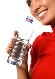barn för vatten för härlig flickamineral le royaltyfri bild