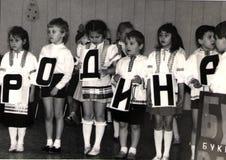 Barn föreställer bokstäver Arkivbilder