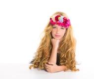 Barn fashion den blonda flickan med fjäderblommor Arkivfoton