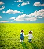 barn field att gå Royaltyfria Bilder