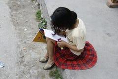 barn flicka, teckning, lekar, barndom, lek, en, gata, Indien, målarfärg, målning royaltyfria foton