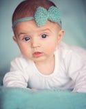Barn, folk och förtjusande lyckabegrepp - behandla som ett barn Royaltyfria Foton
