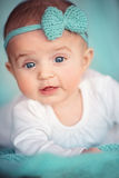 Barn, folk och förtjusande lyckabegrepp - behandla som ett barn Royaltyfri Fotografi