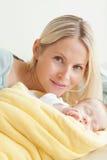 Barn fostrar att koppla av bredvid henne som sovar, behandla som ett barn Arkivbild