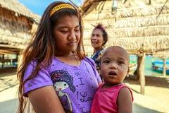 Barn fostrar och barnet Fotografering för Bildbyråer