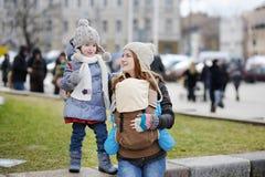 Barn fostrar och henne två barn Royaltyfria Foton