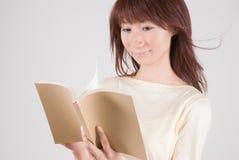 barn för bokavläsningskvinna Royaltyfria Bilder