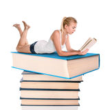 barn för bokavläsningskvinna Royaltyfri Bild
